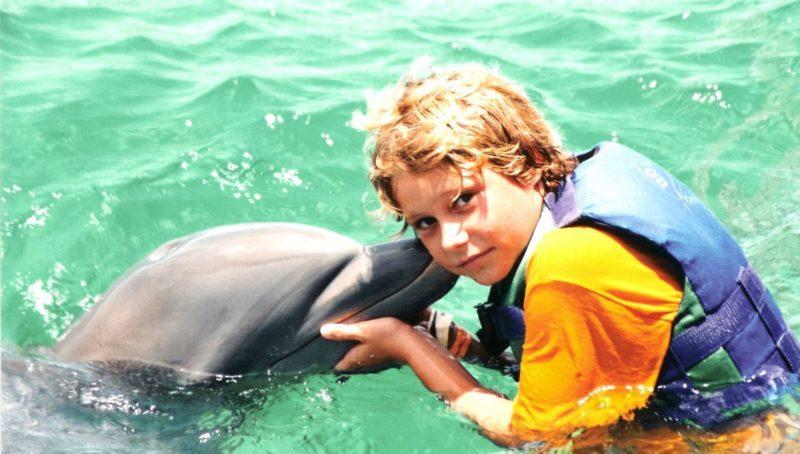 niño con delfines mauricio