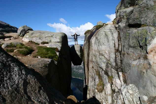 La imponente altura y majestuosidad de a Roca de Kjeragbolten