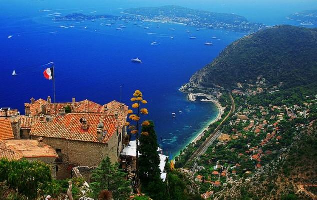 Eze un pueblo medieval con vistas al hermoso mar Mediterráneo