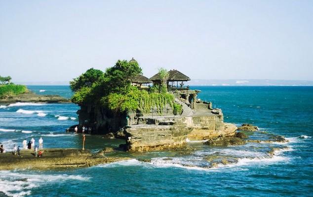 Tanah Lot es uno de los más famosos templos hindúes en Bali