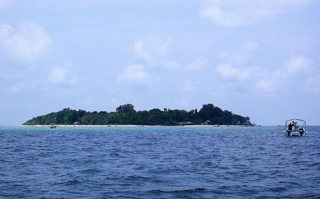 pequeña isla frente a la costa sur-oriental de Sabah