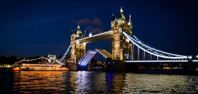 ver Tower Bridge de noche londres