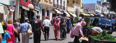 viajeros en la calle tanger marruecos