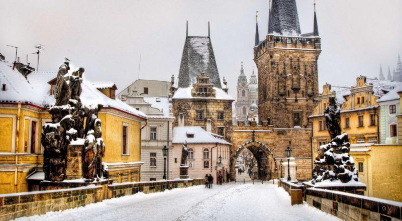 paseo puente carlos praga invierno