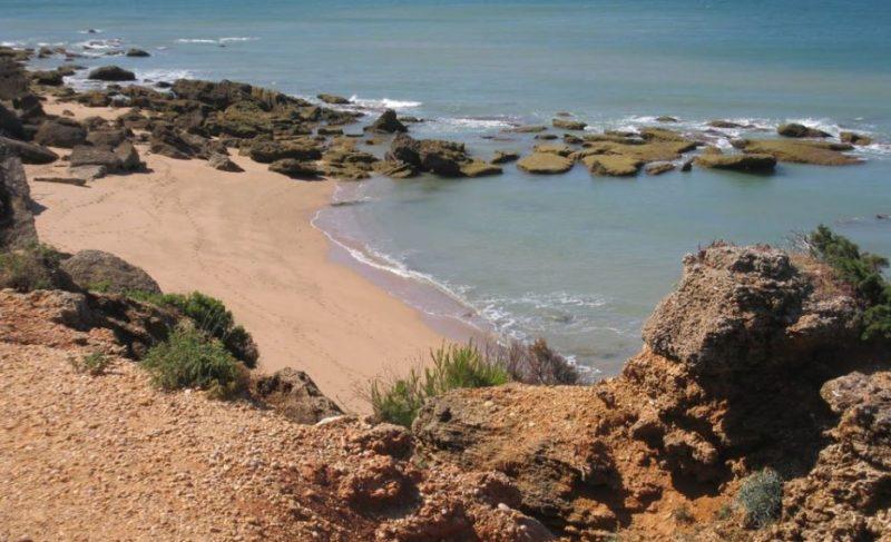 playa nudista faro de roche