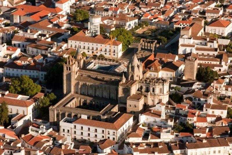 centro-historico-evora-portugal