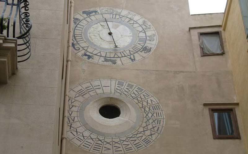 Puerta oscura y reloj astronómico